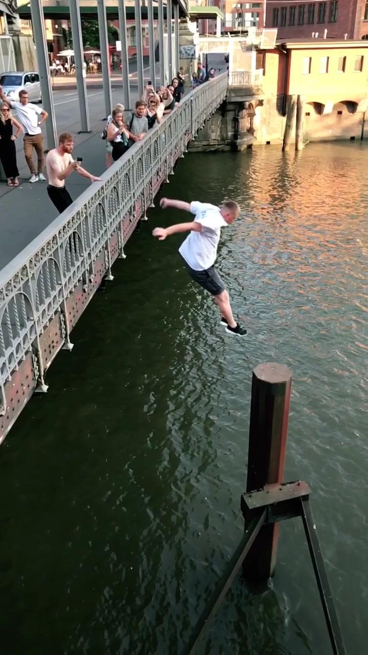 Stick or swim? 🏊♂️ #STORROR #parkour #Hamburg #waterchachallenge tiktok