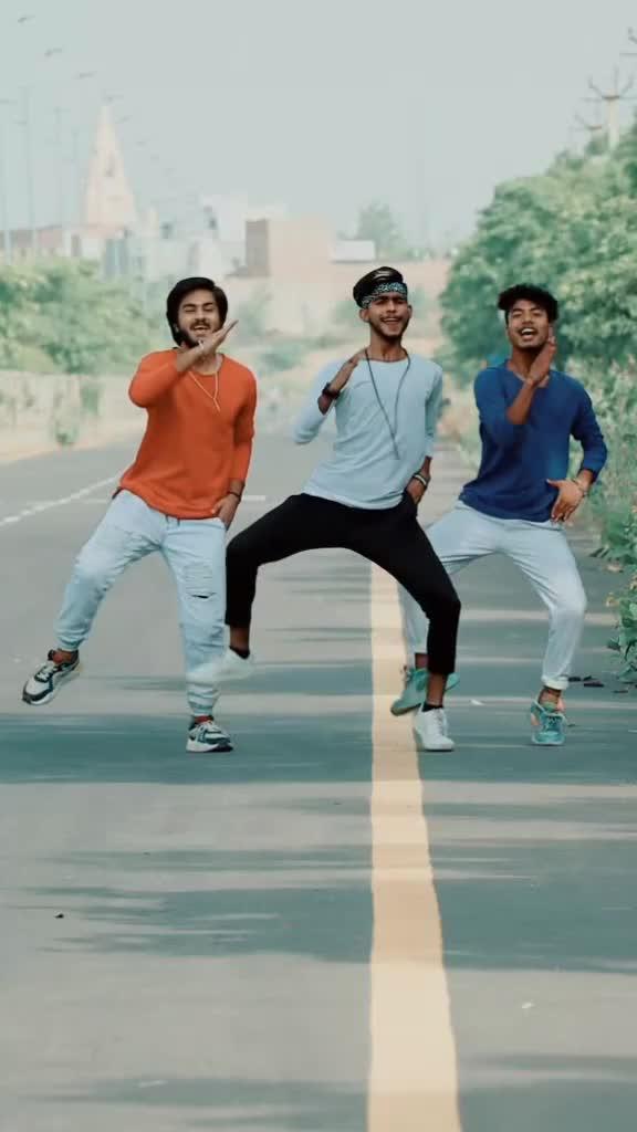 aise lehra ke tu rubaru aa gyi😘😍❤❤ #feel #freestyle #group #dance @garvitthakral69 @ashishdancer01 of emotional tiktok video