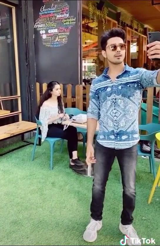 selfie ne kya kiya bathao🤭🤭😂@ankitachhetri25 @sunnychopra #fambruh #7upthinkfresh #foryou #2019#viral #foryoupage  #duet @tiktok_india #sicir09 tiktok